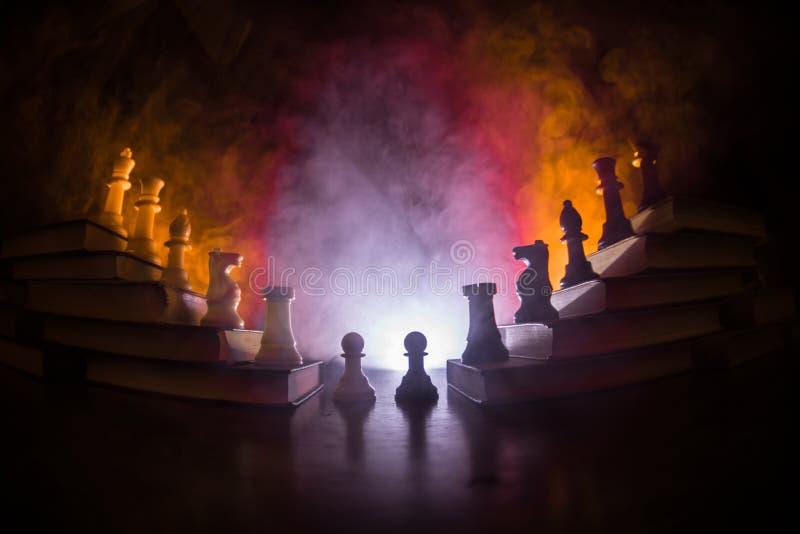 企业阶层 与棋子的战略概念 站立在木积木金字塔的棋与国王的在 图库摄影