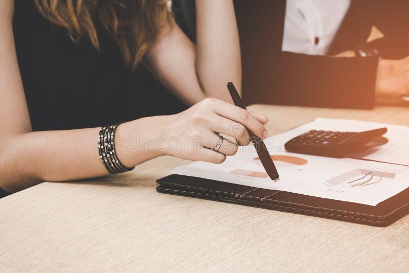 企业顾问分析和谈论表示进展的财政图在公司的工作 免版税库存照片