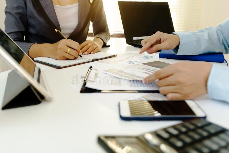 企业co工作 年轻帐户经理乘员组与项目一起使用 免版税库存照片