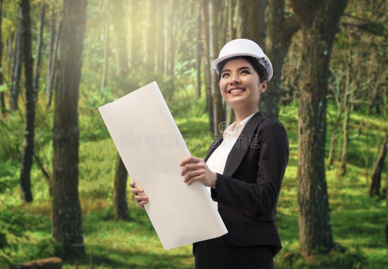 企业eco拿着结构图的工程师手 图库摄影