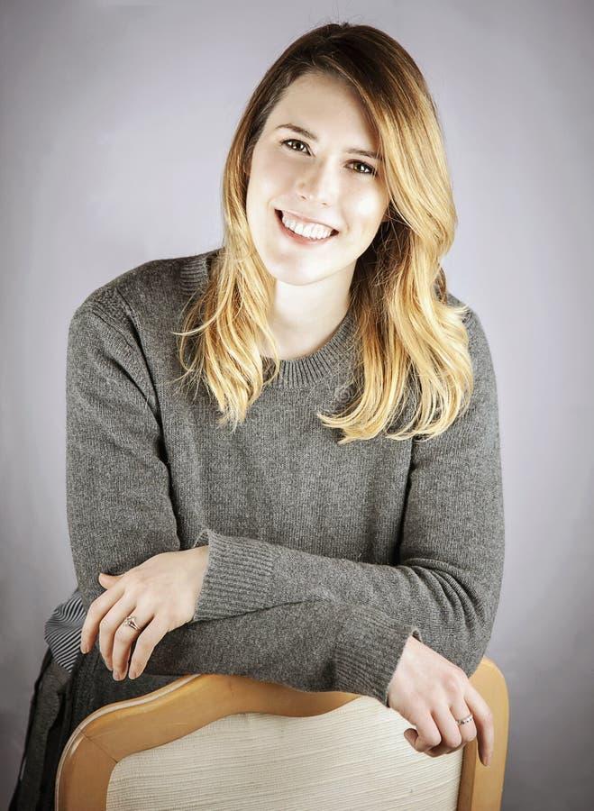企业headshot微笑的妇女年轻人 免版税库存照片