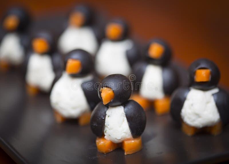 企鹅型橄榄色的乳酪开胃菜 免版税图库摄影
