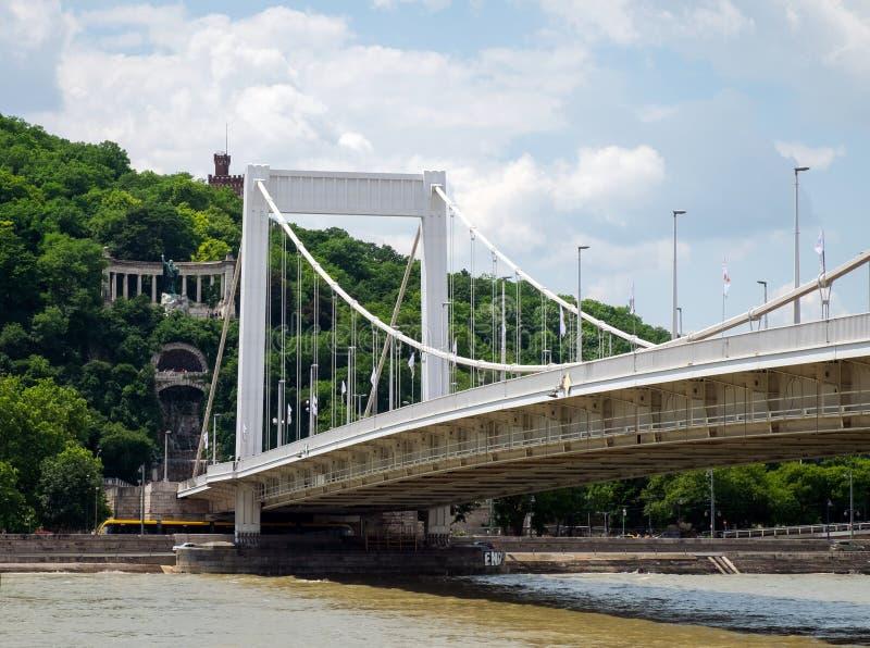 伊丽莎白桥梁和纪念碑对圣徒盖勒特后面的,布达佩斯 库存照片