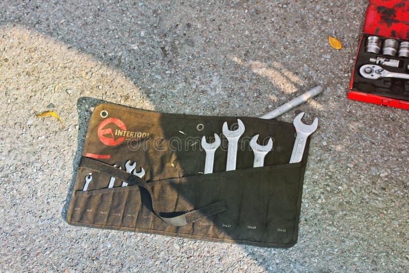 伊云奴Frankivsk,乌克兰- 2018年8月25日:汽车说谎在地面上的修理工具 免版税库存照片