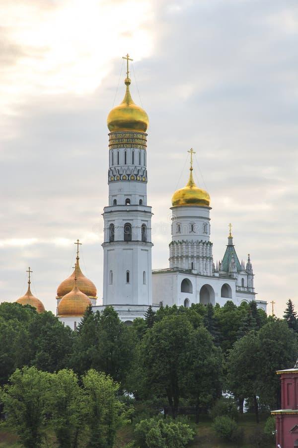 伊冯在日落,克里姆林宫,俄罗斯的伟大的钟楼 免版税库存照片