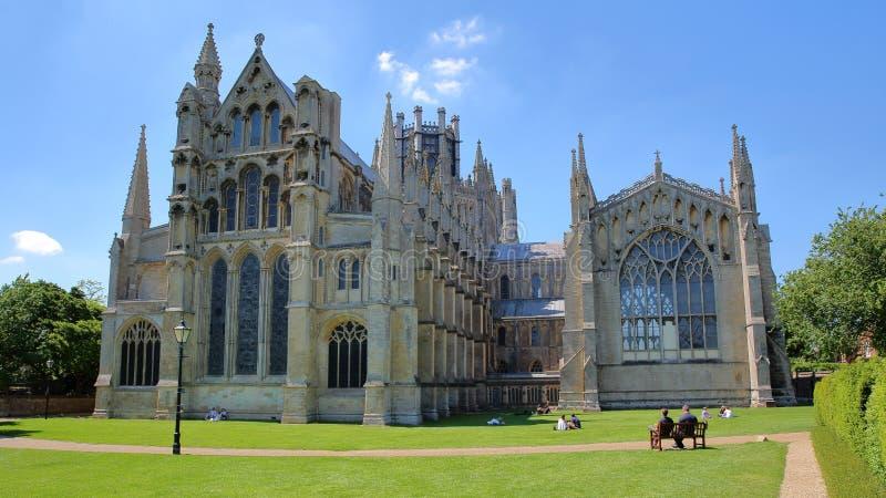 伊利,英国- 2017年5月26日:大教堂的东方部分的看法从一个公园的有享受一个晴天的人的 免版税库存图片
