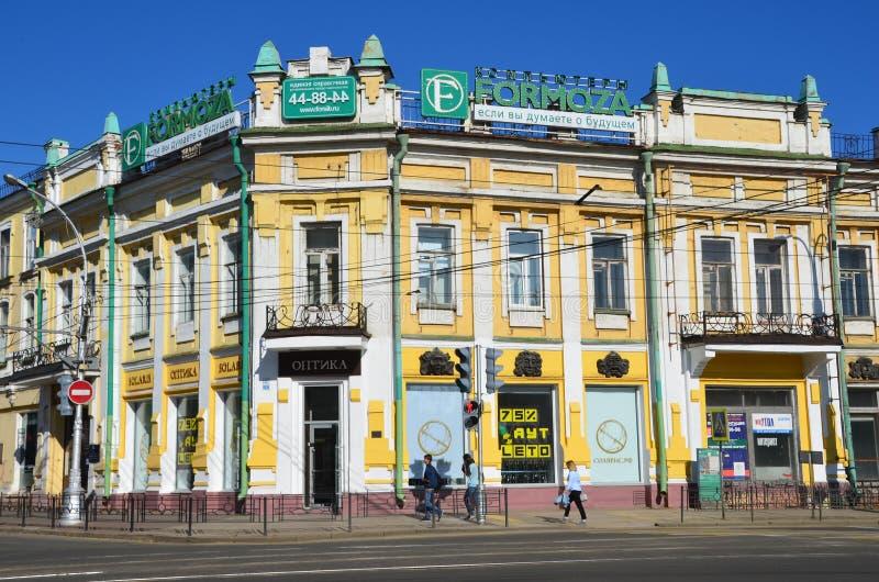 伊尔库次克,俄罗斯, 2017年8月, 29日 走在街道上的历史建筑附近的人们列宁,楼13 有益的房子o 免版税库存照片