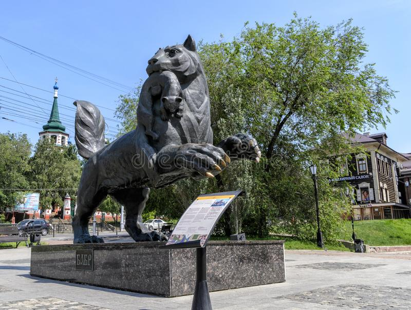 伊尔库次克,俄罗斯- 2019年7月6日:Babr雕塑伊尔库次克市的东北虎标志 免版税库存照片