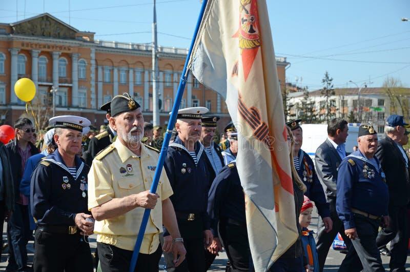 伊尔库次克,俄罗斯- 2015年5月9日:太平洋舰队的退伍军人在胜利天庆祝的在伊尔库次克 免版税库存照片