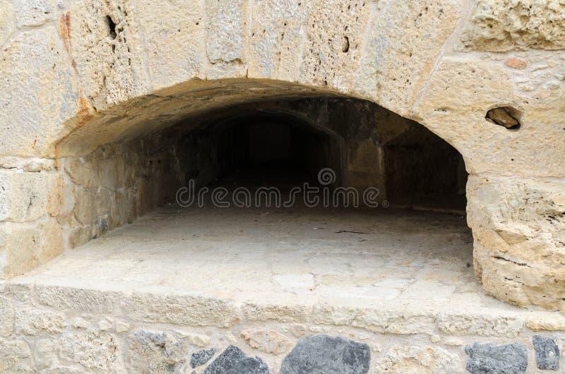 伊拉克利翁-2017年11月:在石墙的发射孔在老威尼斯式堡垒Koule,伊拉克利翁,克利特,希腊 库存图片