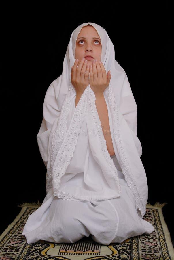 伊斯兰女孩的hijab祈祷佩带的年轻人 库存图片