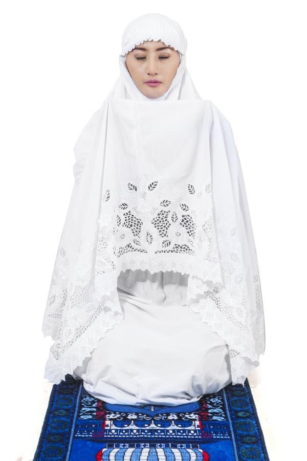 伊斯兰教的妇女祈祷3 库存照片