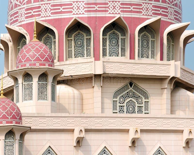 伊斯兰教的建筑学,清真寺外部细节,与装饰样式,被成拱形的窗口的圆顶 免版税库存图片