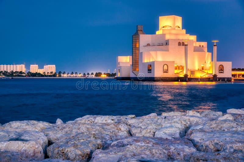 伊斯兰教的艺术,多哈,黄昏外视图的卡塔尔博物馆  库存图片