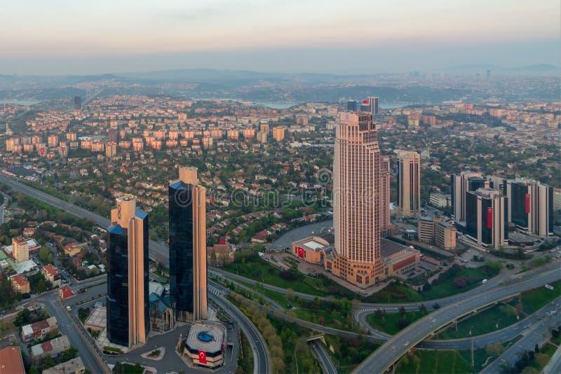 伊斯坦布尔从伊斯坦布尔俯视博斯普鲁斯海峡在黄昏,伊斯坦布尔,土耳其的青玉摩天大楼的市视图 库存图片