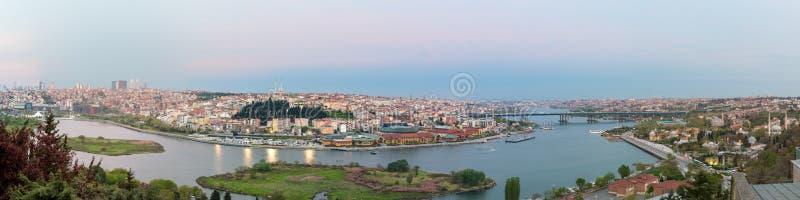 伊斯坦布尔从皮埃尔・洛蒂Teleferik驻地在黄昏时间,Eyup区,伊斯坦布尔,土耳其的市视图 库存图片