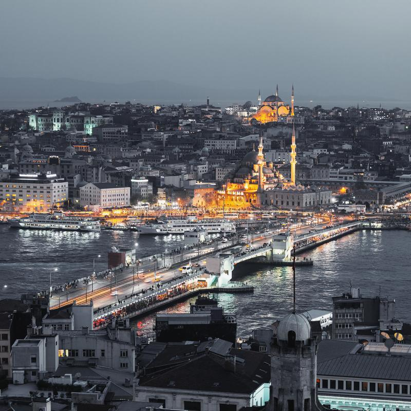 伊斯坦布尔全景在晚上 库存图片