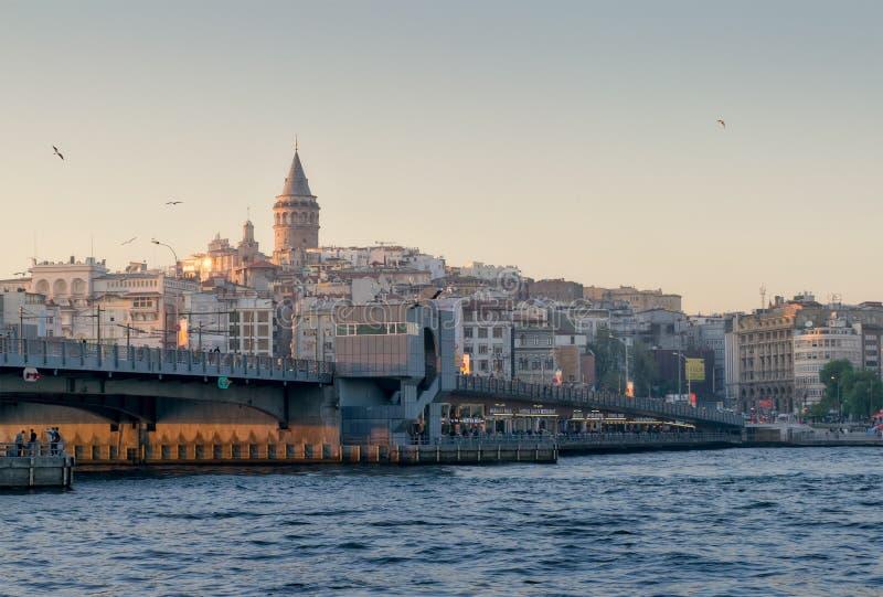 伊斯坦布尔城市视图,土耳其俯视加拉塔桥梁的和加拉塔耸立在黄昏时间 库存图片