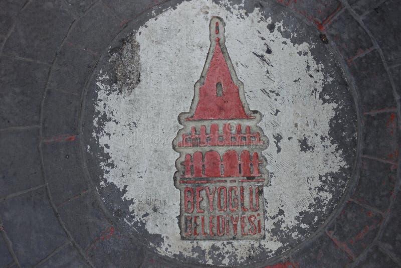 伊斯坦布尔标志BeyoÄŸlu Belediyesi区在立方体石头街道上雕刻了 免版税库存图片