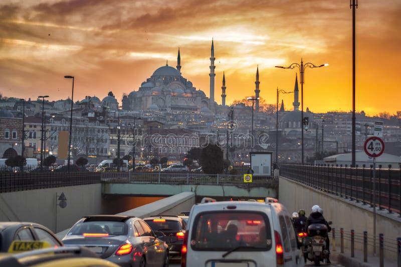 伊斯坦布尔都市风景,交通有在日落的清真寺背景 库存照片