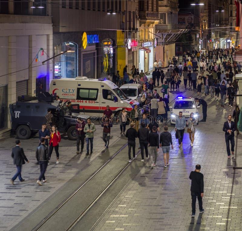 伊斯坦布尔,土耳其–2018年4月27日:在晚上,被加强的安全措施在市中心被运用 救护车, 库存图片