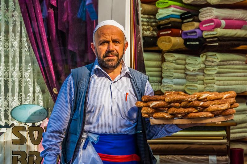 伊斯坦布尔,土耳其,2011年10月6日:卖simit的人 免版税图库摄影
