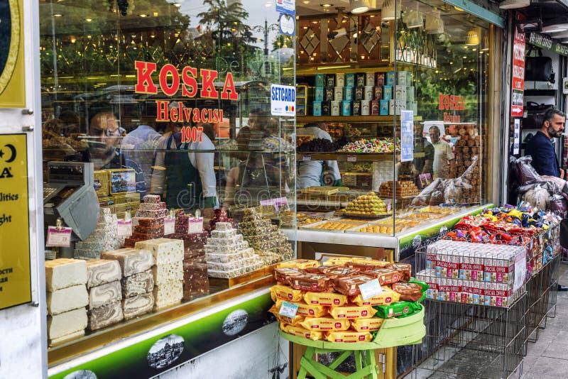 伊斯坦布尔,土耳其,05/22/2019:土耳其甜点在城市购物 库存照片