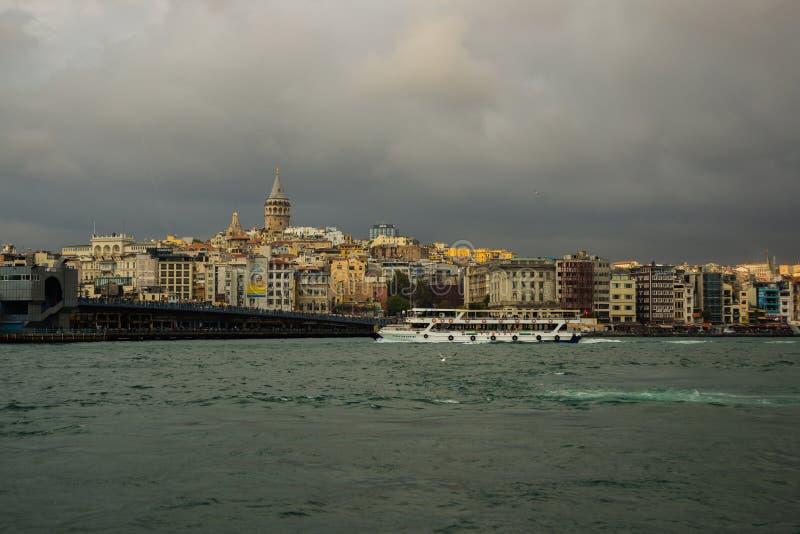 伊斯坦布尔,土耳其:加拉塔石塔、加拉塔大桥,Karakoy区和金黄垫铁 免版税库存照片
