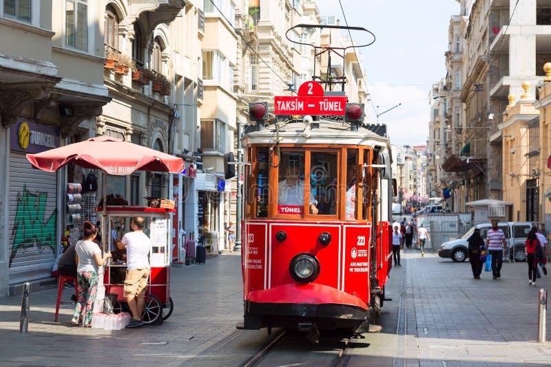 伊斯坦布尔,土耳其- 2018年8月:在Istiklal街道上的减速火箭的电车 红色电车Taksim-Tunel 库存照片
