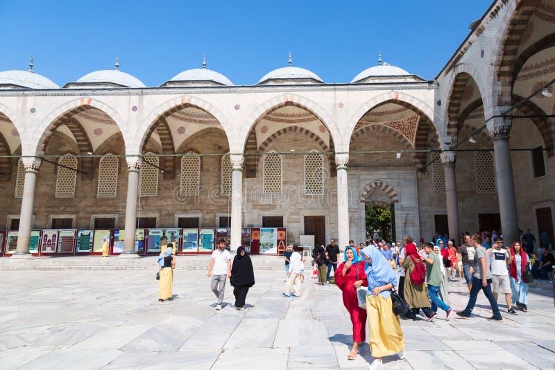 伊斯坦布尔,土耳其- 2018年8月:蓝色清真寺庭院有人的在Sultanahmet公园在伊斯坦布尔,土耳其 最大和 图库摄影