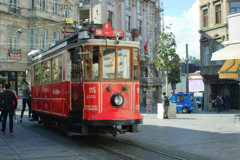 伊斯坦布尔,土耳其- 2018年10月23日:在街道Istiklal Ä°stiklal Caddesi上的历史的电车 免版税库存图片