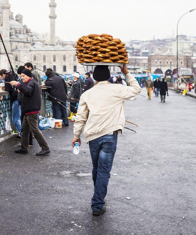 伊斯坦布尔,土耳其- 12月, 29 2009年:卖在街道附近的Eminonu区,伊斯坦布尔, Tu的未认出的摊贩simits 图库摄影