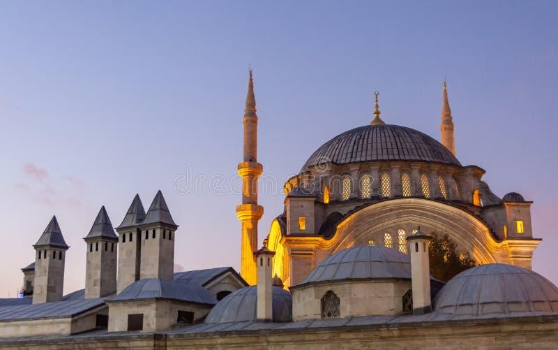 伊斯坦布尔,土耳其 09 11月2018 在日落以后的Iluminated清真寺在Istambul的历史中心 库存照片