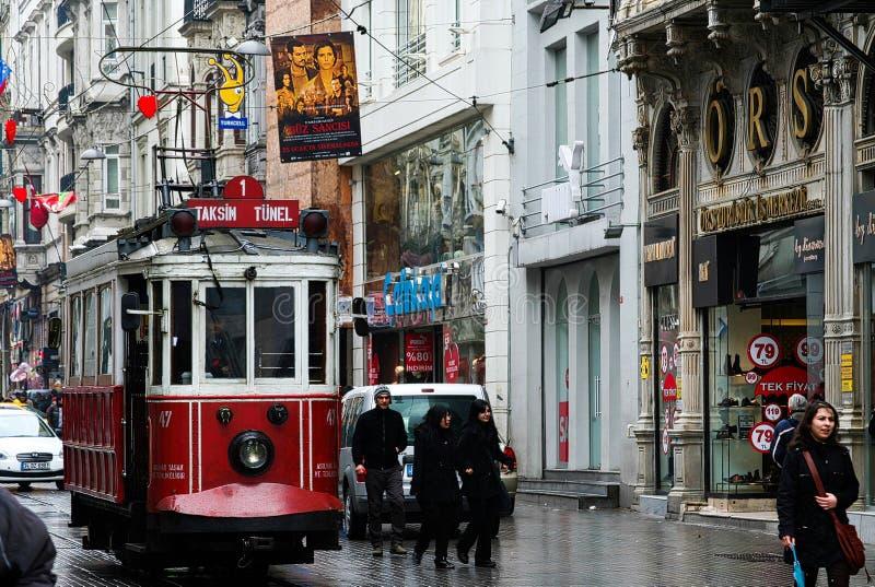 伊斯坦布尔,土耳其- 2月24 2009年:有历史的电车的Istiklal Caddesi贝伊奥卢街道在下雨天 图库摄影