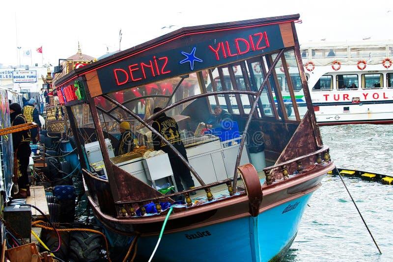 伊斯坦布尔,土耳其- 2月24 2009年:港口游览的游船在博斯普鲁斯海峡河 免版税图库摄影