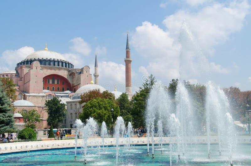 伊斯坦布尔,土耳其- 2016年8月3日:圣索非亚大教堂(Ayasofya)从苏丹Ahmet的博物馆和喷泉视图停放 库存照片