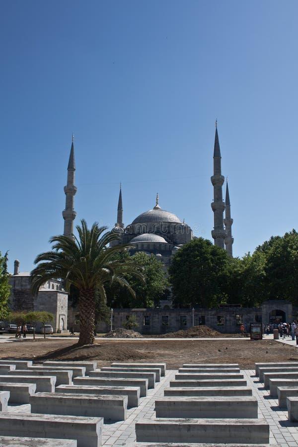 伊斯坦布尔,土耳其- 2012年6月29日:被隔绝的蓝天的美丽的著名苏丹ahmet清真寺 库存图片