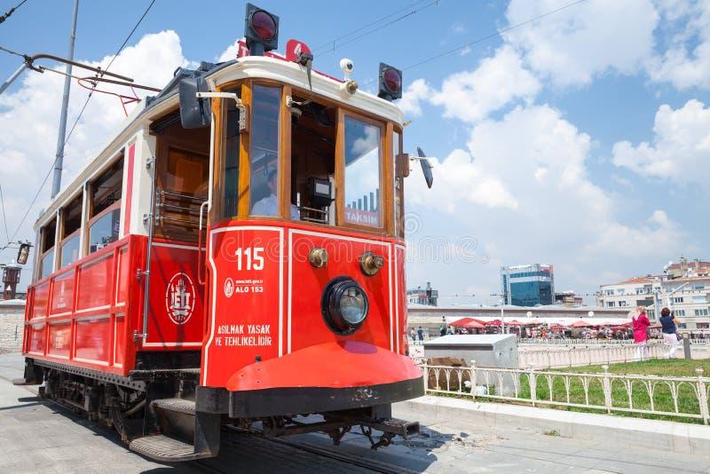 伊斯坦布尔,土耳其 照片的红色电车关闭 免版税库存图片