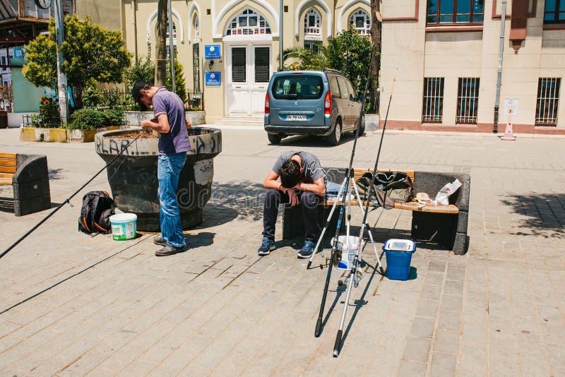 伊斯坦布尔, 2017年6月17日:传统土耳其渔爱好 渔夫是疲乏或沮丧的一个当地居民 免版税库存图片