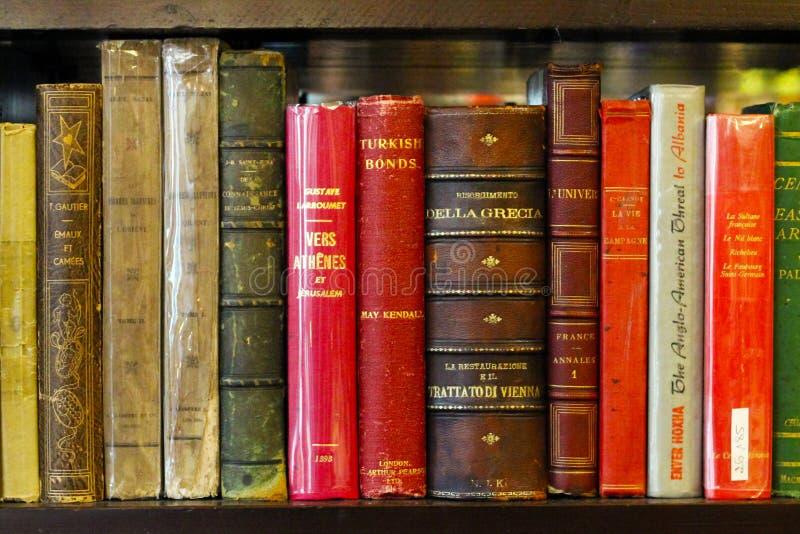 伊斯坦布尔,Istiklal街/土耳其15 05 2019年:古色古香的书籍收藏,书架视图 库存照片