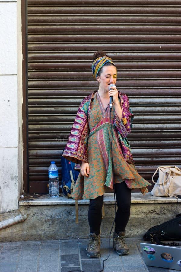 伊斯坦布尔,Istiklal街/土耳其9 5 2019年:唱歌在Istiklal街的街道音乐家 免版税库存图片