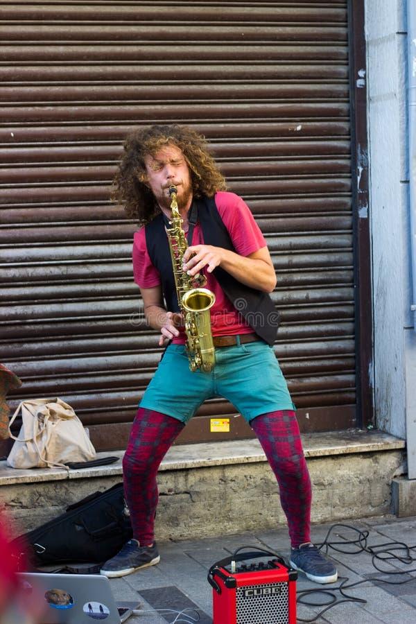 伊斯坦布尔,Istiklal街/土耳其9 5 2019年:在Istiklal街的街道音乐家执行的萨克斯管 免版税图库摄影