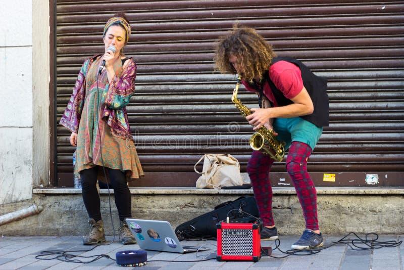 伊斯坦布尔,Istiklal街/土耳其9 5 2019年:执行他们的展示,Istiklal街的萨克斯管艺术家的街道音乐家 免版税库存图片
