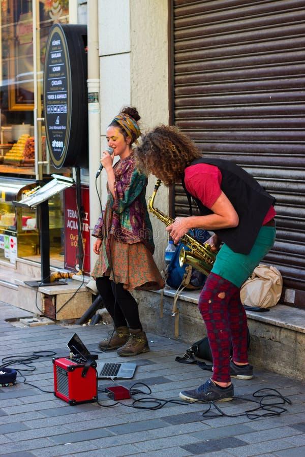 伊斯坦布尔,Istiklal街/土耳其9 5 2019年:执行他们的展示,Istiklal街的萨克斯管艺术家的街道音乐家 库存图片