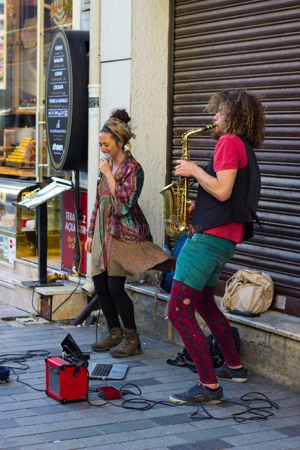 伊斯坦布尔,Istiklal街/土耳其9 5 2019年:执行他们的展示,Istiklal街的萨克斯管艺术家的街道音乐家 免版税库存照片