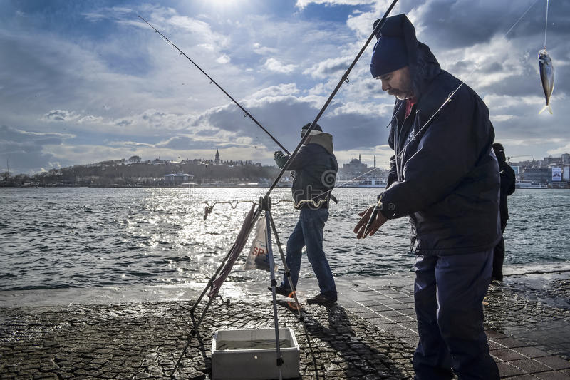 伊斯坦布尔bosphorus,有鱼狩猎的钓鱼竿 免版税库存照片