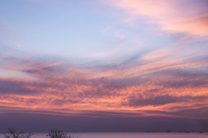 伊斯坦布尔Moda Kadikoy日落时间 天空是紫色,红色和蓝色颜色 免版税库存照片