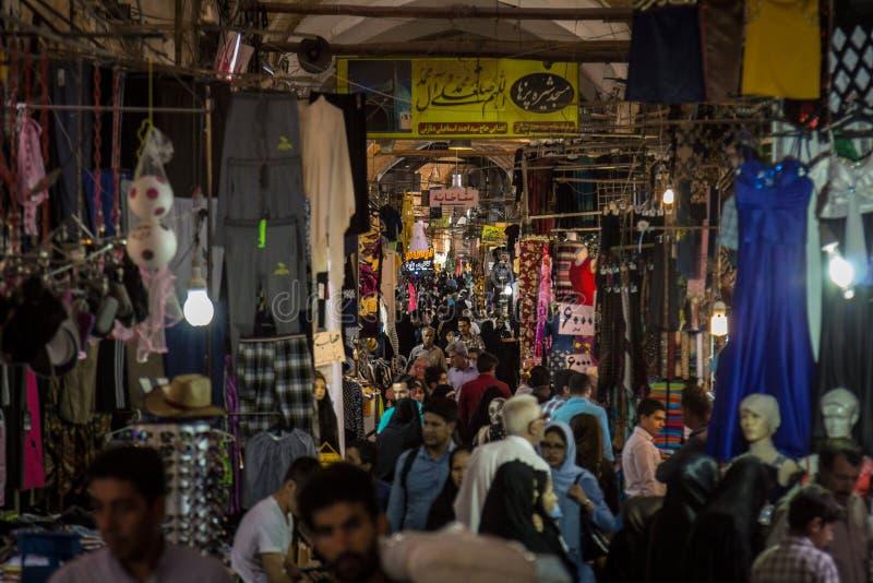 伊斯法罕市场的街道在晚上,拥挤和包装与人在报道的市场上 免版税库存照片