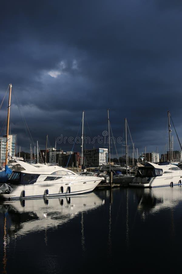 伊普斯维奇有暴风云的江边小游艇船坞 免版税库存照片