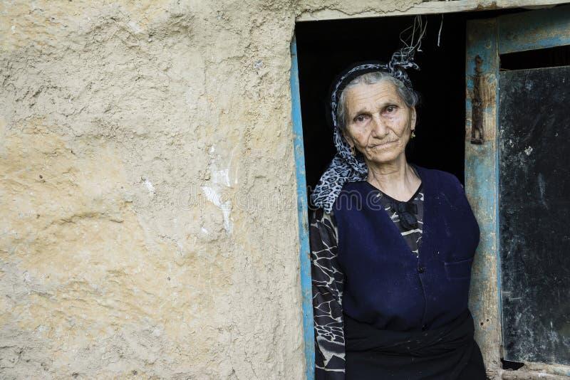 伊朗妇女的画象传统布料的在门道入口 免版税库存图片